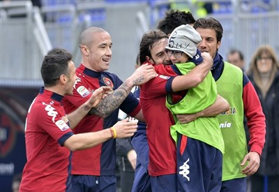 Daniele Conti festeggia con il figlio Bruno: Cagliari-Torino si è giocata a porte chiuse (Infophoto)