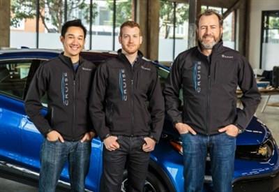 Il presidente di GM Dan Ammann (a destra) con i fondatori di Cruise Automation co-founders Kyle Vogt (centro) and Daniel Kan (sinistra)