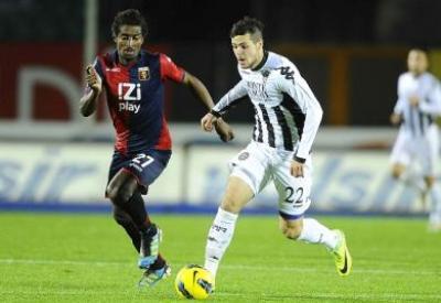 Mattia Destro in azione proprio contro il Genoa, che ne detiene il cartellino (INFOPHOTO)
