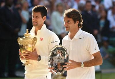 Novak Djokovic (27 anni) e Roger Federer (32) con i trofei di Wimbledon