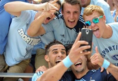 Il selfie di Dom Dwyer con i suoi tifosi