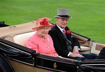 La regina Elisabetta con Filippo di Edimburgo (Infophoto)