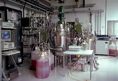 Un laboratorio per la produzione di eritropoietina sintetica (CC)