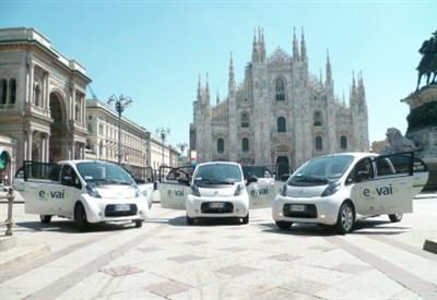 Le auto elettriche di E-Vai davanti al Duomo di Milano