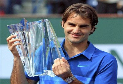 Roger Federer con il trofeo vinto a Indian Wells nel 2012 (Infophoto)