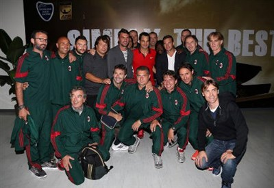 Roger Federer ha ricevuto la visita delle vecchie glorie del Milan (dall'account Facebook shanghairolexmasters)