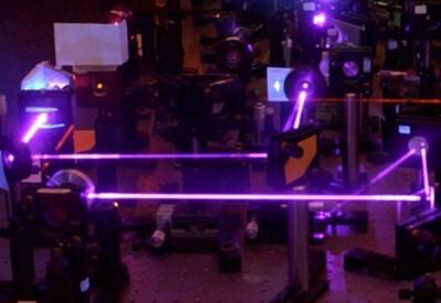 Laser a luce ultravioletta ripreso nel Laboratorio laser a femtosecondi del Politecnico di Milano