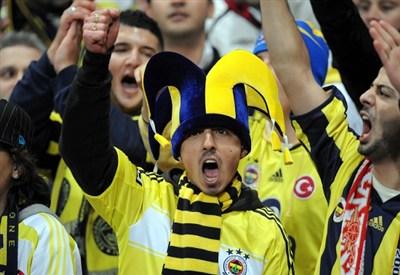 Tifosi del Fenerbahce in festa: prima semifinale europea per i turchi (Infophoto)