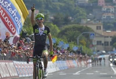 Davide Formolo esulta sul traguardo di La Spezia (da Facebook Giro d'Italia)
