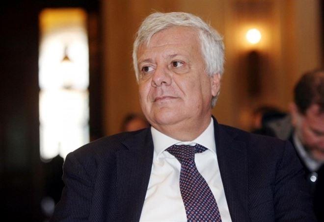 Roma, ministro Galletti coinvolto in un incidente stradale: medicato in ospedale