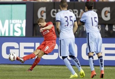 Steven Gerrard batte una punizione contro il Manchester City (Infophoto)
