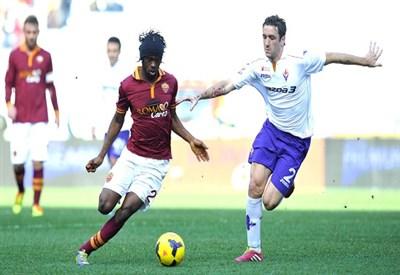 Gervinho contro Gonzalo Rodriguez nella partita della scorsa stagione (Infophoto)