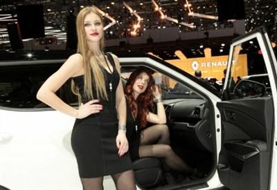 Le immancabili belle ragazze agli stand del Salone di Ginevra 2016