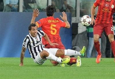 Gokhan Zan contro Carlos Tevez (Infophoto)
