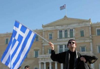 Un'elettrice di fronte al Parlamento greco (InfoPhoto)