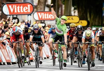 André Greipel vince la volata (da Facebook Le Tour de France)