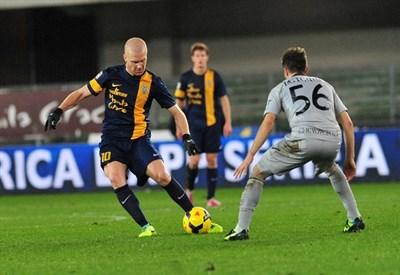 Emil Hallfredsson contro Perparim Hetemaj nella partita di andata (Infophoto)