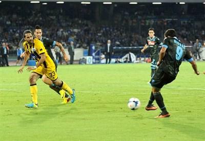 Gonzalo Higuain segna in campionato contro l'Atalanta (Infophoto)