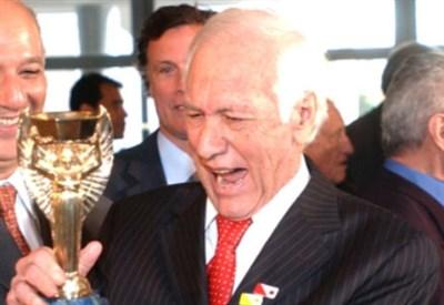Hilderaldo Luiz Bellini con la Coppa Rimet che vinse nel 1958
