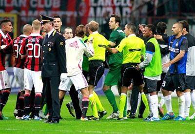 Le polemiche al termine del derby d'andata, vinto 1-0 dall'Inter (Infophoto)
