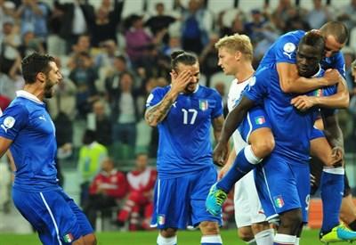 Balotelli ha appena segnato il rigore contro la Repubblica Ceca (Infophoto)