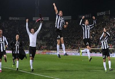 La Juventus sotto la curva dei suoi tifosi al Dall'Ara (Infophoto)