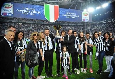 La Juventus festeggia lo scudetto dopo la partita contro il Cagliari (Infophoto)
