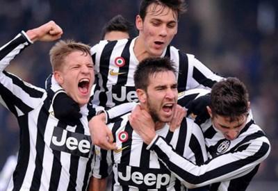 La Juventus Primavera esulta per un gol