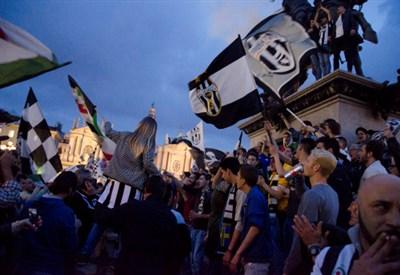 La Juventus festeggia lo scudetto (Infophoto)