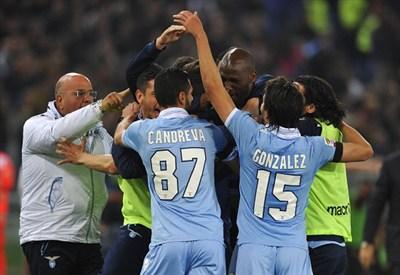 La Lazio festeggia il gol di Hernanes nel derby (Infopohoto)