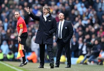 Roberto Mancini in panchina ieri. Dietro di lui Rafa Benitez (Infophoto)