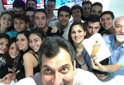 """Mario Calabresi e la classe IV del """"De Nicola"""" (foto dell'autore)"""