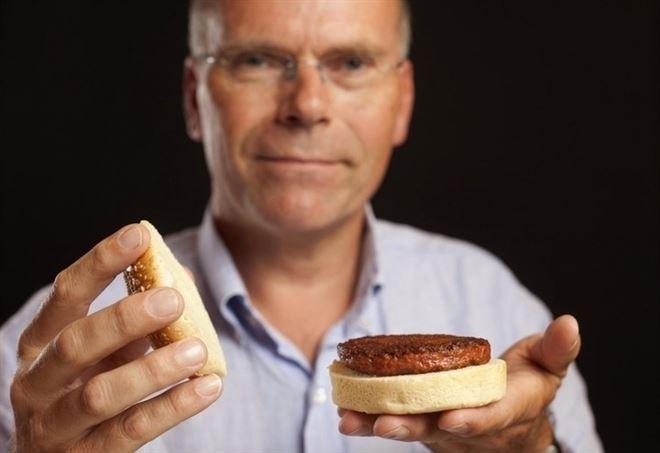 Mark Post con l'hamburger di carne artificiale (Credit: culturedbeef.net)