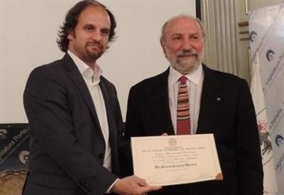 Antonio Anselmo Martino mentre riceve un riconoscimento