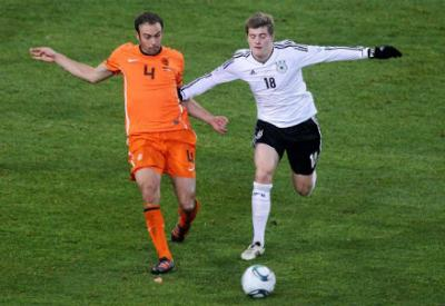 Joris Mathijsen contro Toni Kroos (Infophoto)