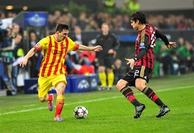 Lionel Messi (26 anni) contrastato da Kakà (31)