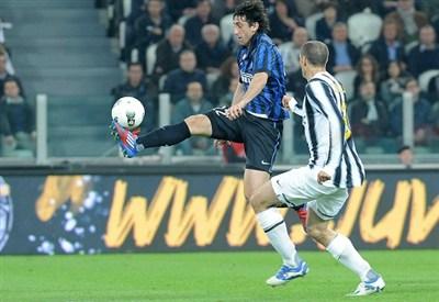 Diego Milito e Giorgio Chiellini (Infophoto)