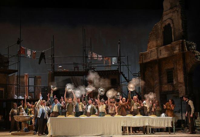 Una scena di Miseria e Nobiltà al San Felice di Genova