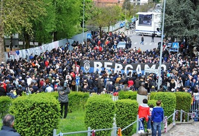 Un'immagine del funerale di Piermario Morosini (Infophoto)