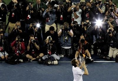 Muro di fotografi davanti a Andy Murray, che mostra il trofeo degli US Open 2012 (Infophoto)