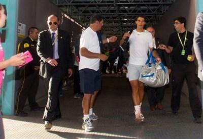 Rafael Nadal entra in campo per il riscaldamento
