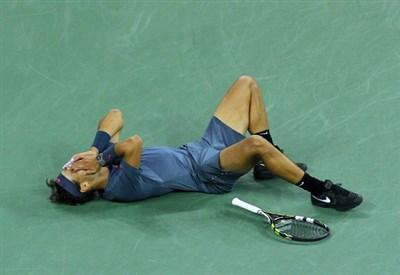 Rafa Nadal sdraiato sul cemento dell'Arthur Ashe Stadium (Infophoto)