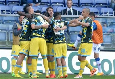 Hamsik fa festa con i compagni, stasera Napoli-Athletic Bilbao in diretta (Foto Infophoto)