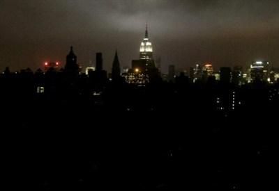 Lo skyline di New York al buio per il passaggio dell'uragano Sandy