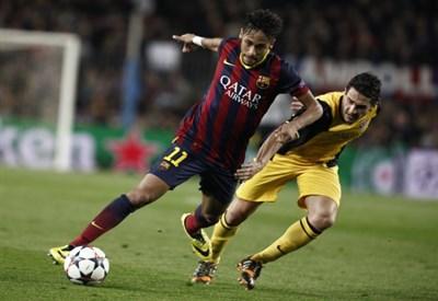 Neymar contro Koke nel corso della partita di Champions League (Infophoto)