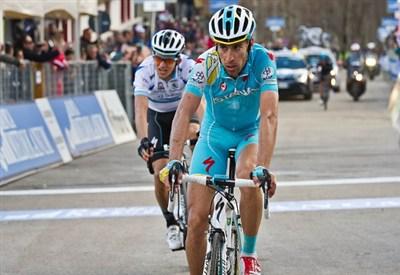 Vincenzo Nibali sempre in maglia rossa (Infophoto)