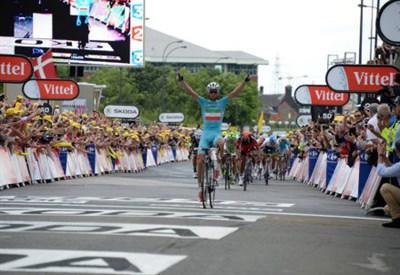 Vincenzo Nibali sul traguardo di Sheffield: vittoria e maglia gialla