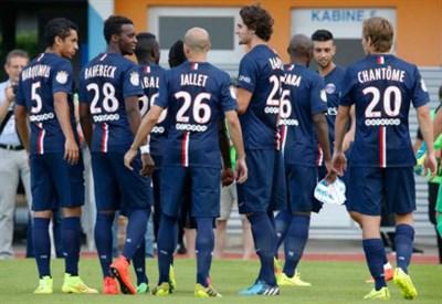 Il Psg festeggia la vittoria sul campo del Marsiglia (infophoto)