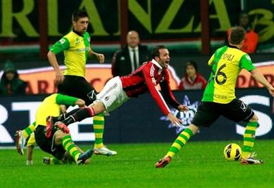 Giampaolo Pazzini contro il Chievo nella partita d'andata (Infophoto)