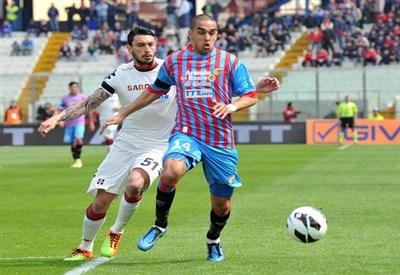 Mauricio Pinilla contro Giuseppe Bellusci (Infophoto)
